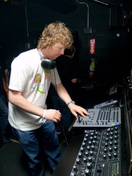 http://djset.files.wordpress.com/2008/01/john-digweed.jpg